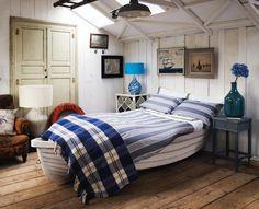 schlafzimmer gestalten in weiß und blau-weißer lederhocker, Innenarchitektur ideen