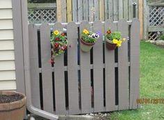 DIY pallet fence to hide trash cans?DIY pallet fence to hide trash wonderful pallet fence ideas for backyard gardensMore ideas below: DIY Pallet Fence Decoration Ideas How to Build a Pallet Fence Wooden Pallet Hide Trash Cans, Outdoor Trash Cans, Trash Bins, Trash Can Storage Outdoor, Diy Pallet Projects, Outdoor Projects, Pallet Ideas, Garden Projects, Garden Ideas