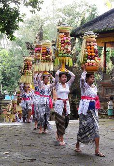 Ceremony at Kenderan, Bali Steve Mccurry Photos, Maluku Islands, Voyage Bali, Bali Lombok, Pink Lotus, Tropical Vibes, Life Pictures, Leaf Art, Borneo
