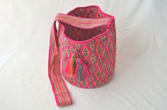WAYUU BAG – Medium-Sized Mochila. Handwoven by a woman from the Wayuu Tribe. www.colombiart.co