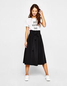 Las nuevas faldas de chica para AW 2017 en Bershka. Consigue un look extra cool con faldas pantalón, de tubo, con vuelo o flecos. ¡Viste a la última!