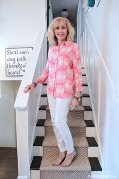 fashion over 50 white jeans for spring Older Women Fashion, Over 50 Womens Fashion, Fashion Over 50, Stylish Outfits, Fashion Outfits, Stylish Clothes, Women's Fashion, Jeans Fashion, Fashion Quotes