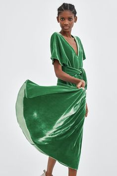 New dress midi green outfit Ideas Velvet Slip Dress, Green Velvet Dress, Green Midi Dress, Midi Dress Outfit, New Dress, Dress Outfits, Lace Dress, Casual Summer Dresses, Trendy Dresses