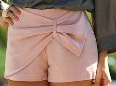 Summer Love everything about this outfit bow shorts :) white shorts, stripes, and sandals Wear a light vest or sweater thing over it. Bow Shorts, Cute Shorts, Pink Shorts, Summer Shorts, Pastel Shorts, Pleated Shorts, Dress Summer, Mode Style, Style Me