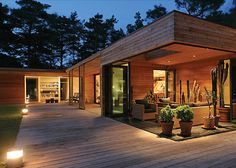 Inspired by the typical Danish atrium house style of the and this glass and wood home by Swedish architect Johan Sundberg is an introvert. Atrium House, Courtyard House, One Storey House, Casas Containers, Storey Homes, House In The Woods, Home Fashion, Modern House Design, Future House