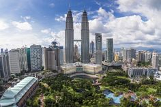 Torres Petronas (Malasia).  Las Torres Petronas, situadas en Kuala Lumpur, capital de Malasia, fueron los edificios más altos del mundo entre 1998 y 2003. Actualmente es el quinto edificio más alto del mundo (el más alto es el Burj Khalifa) y son las torres gemelas más altas del mundo. Estas torres cuentan con una altura de 452 metros. Las torres con 88 pisos de hormigón armado y una fachada hecha de acero y vidrio, se han convertido en el símbolo de Kuala Lumpur y Malasia.