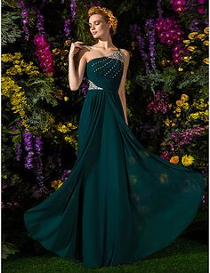 A charming floor-length dress with a column silhouette for wearing at an autumn night! Repin if you like it.