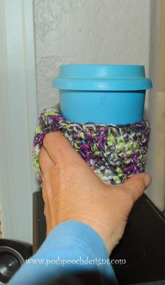 Posh Pooch Designs Dog Clothes: Happy Handle Coffee Cozy By Moogly - It's Genius! Crochet Coffee Cozy, Crochet Cozy, Knitting Projects, Crochet Projects, Moogly Crochet, Crochet Dog Clothes, Ikea Coffee Table, Coffee World, Coffee Sleeve