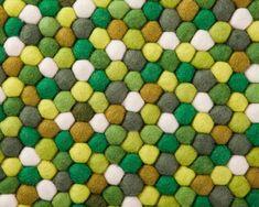 Tapis de boules multicolore, dans les tons verts. Vous cherchez quelque chose de vif et fun ? Notre tapis en boules de laine Amita regorge de magnifiques nuances de vert. Nous y avons également ajouté des couleurs complémentaires comme du blanc et du brun. C'est le tapis rond parfait pour toute pièce à laquelle vous voulez donner un peu de peps. #sukhi #tapis #multicolore #vert