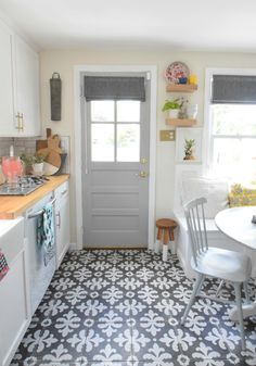 Super kitchen colors for walls farmhouse house tours Ideas Light Gray Paint, Grey Paint, Kitchen Paint Colors, Paint Colors For Living Room, Room Paint, Hallway Colours, Wall Colors, Paint Colours, Grace Kitchen