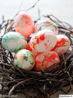 """""""ninasdecor"""" hoiti pääsiäismunien koristelun värikkäästi kynsilakoilla. #pääsiäinen #pääsiäismuna #easter #easteregg #nailpolish #diy"""