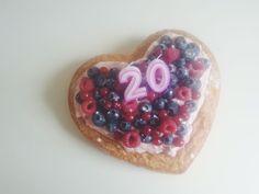 HOERA! Vandaag is mijn twintigste verjaardag! Tijd voor een taart. Of drie. Ja, ik heb drie taarten gemaakt, gebaseerd op ideetjes uit de Allerhande van Albert Heijn. Hier deel ik alvast mijn favor...