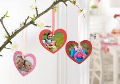 Fotoherzen: Kindern macht es besonders viel Spaß, persönliche Geschenke zu basteln. Ein Beispiel: Kleine Foto-Aufhänger in Herzform, die zur Strauch-Dekoration verwendet werden. Jetzt Schablone herunterladen