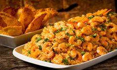 Refogue a cebola o alho e o pimentão no azeite  Junte os camarões, espere o cozimento dos camarões, e o sal  Junte o leite de coco, o creme de leite e o açafrão  Misture o creme no arroz cozido, sirva com peixe frito, ou assado!
