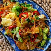 Thai Salad with a fried Egg Thai Salads, Easy Salads, Healthy Salads, Healthy Eating, Healthy Recipes, Easy Weekday Meals, Malay Food, Thai Dishes, How To Cook Eggs