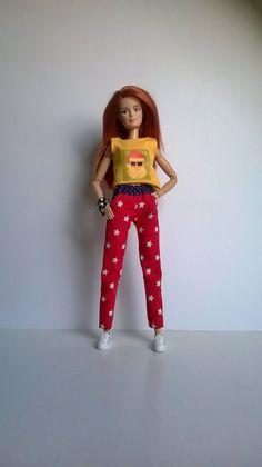 classic Fashion Doll Hose in Rot mit Sternchen und Tascheneingriffen von Schaurein auf Etsy Barbie And Ken, Barbie Dolls, Fashion Dolls, Classic Style, Vintage, Etsy, Craft Gifts, Trousers, Kleding