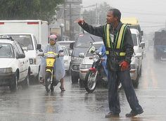 Rare Hero: Traffic Enforcer Braved Heavy Rain To Help Jeepney Drivers