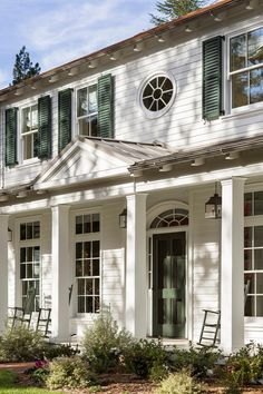 Countryside Escapes Colonial Farmhouse Exterior With Green Shutters Colonial House Exteriors, Colonial Exterior, Colonial Style Homes, Exterior Paint, Colonial Cottage, Modern Colonial, Exterior Homes, Southern Architecture, Residential Architecture