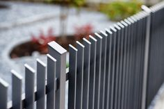 Thin fence posts and beveled head elements characterize the purist style House Main Gates Design, Front Door Design, Diy Fence, Backyard Fences, Wall Railing, Railings, Compound Wall Design, Law Office Decor, Modern Fence Design