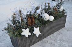 Výzdoba se může se rozšířit i na parapety oken. Inspiraci na výzdobu truhlíku jsme našli na stránkách firmy Hrano. Kombinace zelené, šišek a bílých ozdob působí čistě a jen tak se neokouká Christmas Time, Christmas Wreaths, Xmas Crafts, Xmas Decorations, Holiday Decor, Creative, Plants, Minis, Outdoor