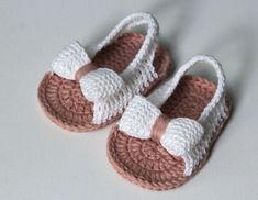 Crochet Baby Sandals From 6 To 9 Months Knit Baby Shoes, Baby Shoes Pattern, Crochet Baby Boots, Crochet Baby Sandals, Knit Baby Booties, Booties Crochet, Baby Girl Crochet, Crochet Shoes, Crochet Slippers