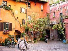 Cortile - Per chi non lo sapesse si trova tra via del Pellegrino e via dei Cappellari, Roma