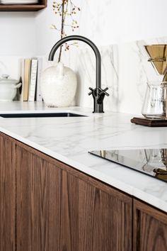 Vraag gratis ons keukenboek aan en laat je inspireren door de mooiste keukens uit onze collectie. Big Kitchen, Kitchen Dining, Happy New Home, Beautiful Kitchens, Interior Design Kitchen, Kitchen Furniture, Kitchen Countertops, Home Kitchens, Kitchen Remodel