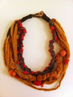 Collar de lana y bolitas de fieltro. Felt Necklace, Fabric Necklace, Crochet Necklace, Textile Jewelry, Textile Art, Make Your Own Jewelry, Jewelry Making, Leather Fabric, Needle Felting