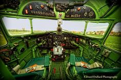軍用機・旅客機・スペースシャトルなどのコックピットを捉えた美麗な写真集 - GIGAZINE