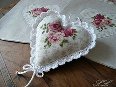 Fill w lavender for a sweet lil sachet. Hearts And Roses, Felt Hearts, Manualidades Shabby Chic, Valentine Day Crafts, Valentines, Shabby Chic Hearts, Fabric Hearts, Lavender Bags, Lace Heart