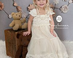 JOIN VS IS FB VOOR PER GIVE AWAYS EN SPECIALE AANBIEDINGEN  http://www.facebook.com/ThinkPinkBows  Een denk dat roze bogen oorspronkelijke ontwerp. Gelieve niet kopiëren.  Bijpassende hoofdband: https://www.etsy.com/listing/181098384/u-choose-color-baby-headbandsnewborn?ref=shop_home_active_20  Jurk van de kleur: Off White, Pure witte, Toffe, Lt roze, ivoor, geel, lavendel.  Ze zal extra speciaal voelen bij het dragen van deze prachtige en betovere...