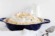 SERIOUS Butterfinger Flavor in this decadent pie! A perfect cookie crust is paired with a creamy Butterfinger filling to create the best pie you will every try! Köstliche Desserts, Summer Desserts, Delicious Desserts, Dessert Recipes, Frozen Desserts, Cookie Crust, Cookie Pie, Pop Tarts, Butterfinger Cookies