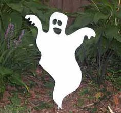 This custom designed Ghost Garden Stake is a great lawn accent for Halloween. A charming way to add some fun to your Halloween decor. Overall: x Stake included Reusable f Halloween Vector, Halloween Patterns, Halloween Items, Halloween Ghosts, Holidays Halloween, Halloween Crafts, Fall Crafts, Glass Garden Art, Metal Garden Art