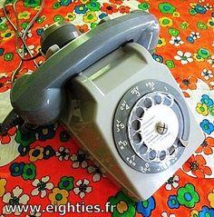 Téléphone gris à cadran, des années 70 et 80. Pour faire le zéro, il fallait faire tout le tour du cadran !