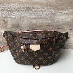 Исключительно функциональная сумка Bumbag из классической канвы Monogram с  нашивкой Louis Vuitton Paris превращает спортивную конструкцию a0bb61cff0cf0