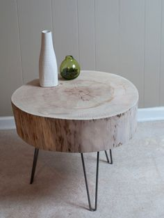 DIY tree trunk end table with hairpin legs Log Furniture, Modern Furniture, Furniture Ideas, Furniture Styles, Furniture Inspiration, Antique Furniture, Tree Trunk Table, Diy Casa, Into The Woods