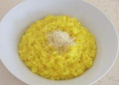 Tradycyjne risotto alla milanese z dodatkiem szafranu i parmezanu