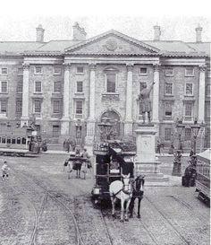 Horse drawn Taxi outside Trinity College in old Dublin Old Pictures, Old Photos, Vintage Photos, Irish Independence, Dublin Street, Photo Engraving, Emerald Isle, Ireland, Street View