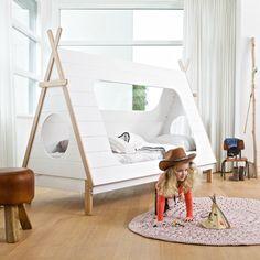 Woood Tipi eenpersoonsbed wit plus matras Hoe leuk is dit? Een eigen tipi tent om in te slapen! Dit bed heeft alle ingrediënten van een hip kinderbed. Het bed is stevig en bestaat uit verschillende materialen, namelijk grenen, MDF en MDF grenen fineer. In het dak aan de achterkant, aan het hoofd- en voeteneind bevindt …