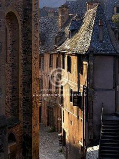 ruelle du village de conques, aveyron, saint jacques de compostelle