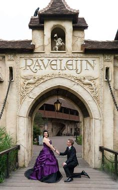 Karlijn ter Horst-Kemps en haar man lieten hun trouwfoto's maken met Raveleijn als decor. Hoe mooi!
