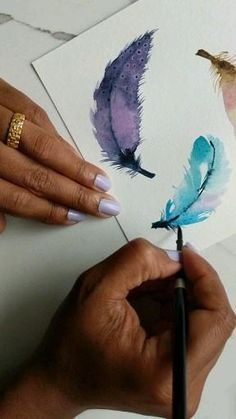 Painting loose watercolour feathers. Watercolour tutorial on YouTube by Clarice Gomes Watercolor Art Lessons, Watercolor Painting Techniques, Watercolour Tutorials, Watercolor Paintings, Watercolour Pencil Art, Watercolours, Watercolor Feather, Feather Painting, Feather Art