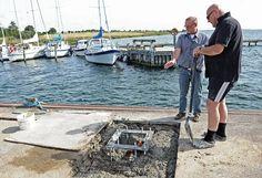 Fundament til ny mastekran på Lindebroen, Bogø Havn. Sejlklubbens medlemmer tog fat. Bogø Tidende, 12.9.2012. Foto: Jørgen Stæhr