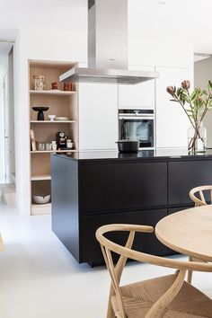Look through an eco design house which both feels contemporary and warm. Designer by interior design studio, Avenue. Home Interior, Interior Design Kitchen, Black Kitchens, Home Kitchens, Kitchen Diner Extension, Classic Kitchen, Design Blog, Design Ideas, Design Projects