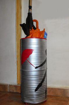 Paraguero con latas recicladas.