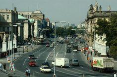 1993:Unter den Linden mit Blick in Richtung Brandenburger Tor in Berlin