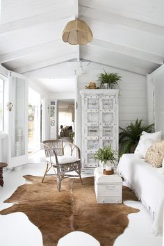 Brisbane / A white interior, a bohemian thread / Coastal Living Rooms, Home Living Room, Interior Design Living Room, Living Room Decor, House And Home Magazine, Inspired Homes, Coastal Decor, Coastal Style, Home Decor