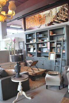 Grijze boekenkast met ladder. Goedkoop verkijgbaar bij Meubels en Meer. Onbeperkt garantie!! www.meubelsenmeer.nl