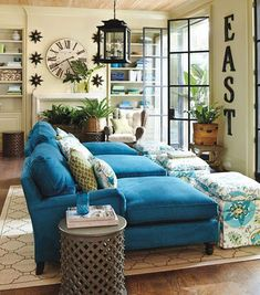 ¿Te da miedo arriesgarte con los colores? Nos gustan estos sillones tipo chaiselongue en color azul turquesa.