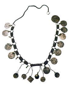 Viking age /Hauhon Lehdesmäen ketju  Viikinkiaikainen kaulaketju. Ketjussa on kiinni 16 hopearahaa ja kaksi muuta riipusta. Ketjussa olevista rahoista 8 on arabialaisia 900-luvulta, 3 sellaisten jäljitelmiä, 3 englantilaisia 900-1000-luvuilta, 1 saksalainen 1000-luvulta ja 1 ruotsalainen 1000-luvulta. Tyhjiä kohtia riipuksille on 5, joten rahoja tai muita riipuksia on alun perin ollut enemmän.   Suomen kansallismuseo - The National Museum of Finland Viking Jewelry, Ancient Jewelry, Antique Jewelry, Vintage Jewelry, Ancient Vikings, Norse Vikings, Viking Woman, Viking Age, Norse People